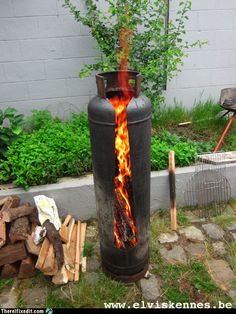 Best Cost-Free Backyard Fire Pit metal Popular Quite a lot of today's house owners feel the need for more than a traditional wood deck which has a barbecue g. Metal Fire Pit, Diy Fire Pit, Fire Pit Backyard, Fire Wood, Stove Fireplace, Fireplace Design, Fireplace Ideas, Gas Bottle Wood Burner, Fire Pit Plans