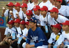 THINK BLUE: 2015 #LLWS #champion #Tokyo Kitasuna #LittleLeague getting their opportunity to get their #picture taken of their #favorite @dodgers Keita Maeda. Since I am a @sfgiants #fan I avoided to get my picture taken I do respect Keita Maeda since #LosAngeles have a bigger #Japanese community than the #BayArea I wish Maeda signed with my #SFGiants Anyways this was for the kids not for me so I had to behave The Road to #LittleLeagueWorldSeries #Williamsport #Pennsylvania by ohfumi