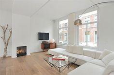 Lichte woonkamer met compacte open keuken | Ground floor, Interior ...