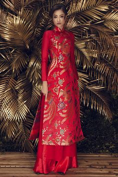 Too much red for me, but I like the metallic print. This metallic print on a royal blue or black would be pretty. Vietnamese Wedding Dress, Vietnamese Dress, Elegant Dresses, Sexy Dresses, Beautiful Dresses, Vietnamese Traditional Dress, Traditional Dresses, Ethnic Fashion, Asian Fashion