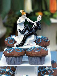 Originale Cake topper in fine porcellana dipinta a mano che raffigura la sposa che tenta di buttare lo sposo giù dalla torta. Personalizzabile! Questo cake topper appartiene all'esclusiva collezione Weddingstar. Misure: h 14 cm. Personalizza il colore dei capelli degli sposi dal menù a tendina. #caketopper #cake #topper #wedding #matrimonio #weddingideas #ideasforwedding #figurastartanuptcial #hochzeitcaketopper #weddingday