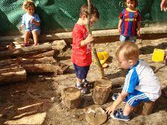 troncs de diferents mides per fer volar la imaginació. Llar d'infants Les Baldufes, olot , Girona