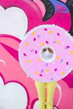 Add some sweetness to your outdoor celebration with this DIY donut piñata. Donut Decorations, Valentines Day Decorations, Festa Party, Diy Party, Party Ideas, Gift Ideas, Baby Shower Virtual, Outside Games For Kids, Diy Donuts
