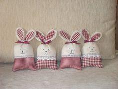 zajíček zajíček je ušit z bavlny, vyplněn dutým vláknem, možno použít jako dekoraci i jako hračku