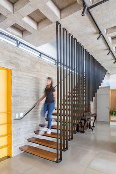 Gallery of Lago Norte House / CoDA arquitetos - 5 Stair Railing Design, Home Stairs Design, Interior Stairs, Railings, Stairs Architecture, Architecture Design, Villa Design, House Design, Modern Stairs