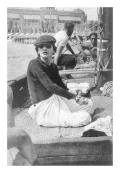 Gabrielle Chanel Roussy Serts yacht be mistaken for a woman of today de la Fressange way of dressing ahead of her time V. Chanel Pictures, Italy News, Celebrity Jewelry, Flower Bag, Gucci Bamboo, Cap Dress, Teal Green, Luxury Handbags, Coco Chanel