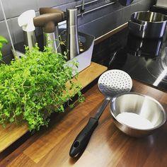Kaikki valmiina. Öljy väreilee. Kalpea pullapallero odottaa kuumaa kylpyä ja sokerinaamiota.  #vappu #munkinpaistossa #keittiö #kitchen #leivonta #baking #myhome #omakoti #home