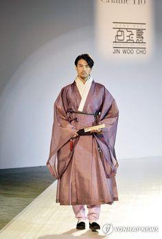 Check Out Designs from the Korea·Hong Kong Fashion Exchange Korean Traditional Dress, Traditional Fashion, Traditional Dresses, Korean Dress, Korean Outfits, Hanbok Wedding, Hong Kong Fashion, Modern Hanbok, Culture Clothing