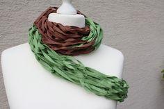 #Mode #Accessoires #Loop #Loopmania #Textilgarn #grün #braun Hier das ein Exemplar der Kollektion Loopmania aus der Gruppe der Wickelnetzschals. Diese werden aus dickerem Garn gestrickt,...