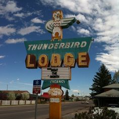 love old motel signage Building Signs, Old Building, Vintage Signs, Retro Vintage, Thunderbird Lodge, School Signage, Neon Nights, Roadside Attractions, Neon Lighting