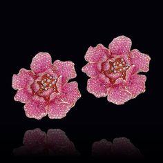 Estos sutiles #zarcillos en forma flor están elaborados en oro rosado, con delicados pétalos de #zafiros rosados y hermosos brillantes en su centro. Una de nuestras #PiezasKohinor más hermosas… #AltaJoyeria #KohinorJoyas #JoyeriaExclusiva #Joyas #Joyeria #Arte #Kohinor
