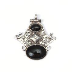 Pandantiv argint și onix, 2 pietre, Sahara #metaphora #silverjewelry #tuaregjewelry #pendant #onyx #sahara Silver Jewelry, Gemstone Rings, Brooch, Gemstones, Pendant, Metal, Jewellery, Jewels, Gems
