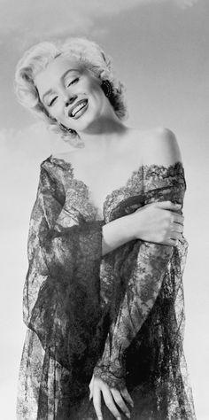 1952 Marilyn en dentelles noires par Nickolas Muray 1 - Divine Marilyn Monroe