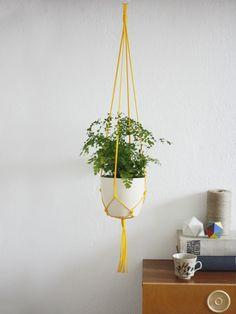 Deko-Objekte - 'Sunny' Makramee Blumenampel in sonnengeld - ein Designerstück von California-Dreaming bei DaWanda