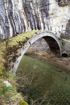 Kontodimos (Lazaridis) stone bridge Typische Brücke in Epirus. Beautiful World, Beautiful Places, Amazing Places, Love Bridge, Old Bridges, Covered Bridges, Abandoned Places, Statues, Places To See