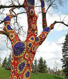yarnbombing a tree....i want to do this to the tree in my garden....why haven't I thought of this before!!!??