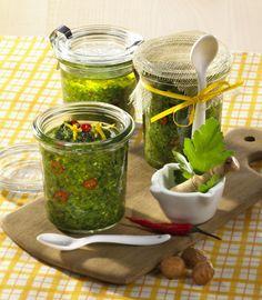 Unser beliebtes Rezept für Pikantes Petersilienpesto und mehr als 55.000 weitere kostenlose Rezepte auf LECKER.de.