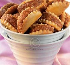 Ain we Hajeb - Biscuits fourrés aux cacahuètes Sweet Cookies, Cake Cookies, Ukrainian Recipes, Arabic Sweets, Food Hacks, Baked Goods, Almond, Food And Drink, Dessert Recipes