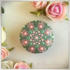 Rose Mandala Stone, pink & green de LionaHotta en Etsy https://www.etsy.com/es/listing/549709134/rose-mandala-stone-pink-green