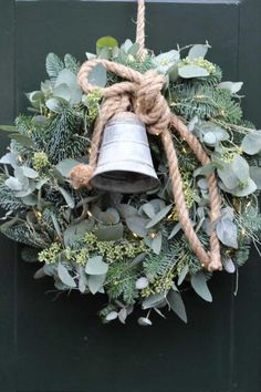 Kerst Deurkrans 26 november 2018 - Apocalypse Now And Then Christmas Door Wreaths, Christmas Time, Christmas Crafts, Christmas Flowers, Fall Wreaths, Natural Christmas, Rustic Christmas, Merry Xmas, Xmas Decorations