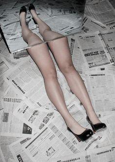 Les nouvelles dans les journaux me coupent les jambes ! / By Wang.Wei.