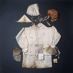 I 1743 blev købmandsfruen Sille Marie Fensmark begravet  i Helsingør med sit døde spædbarn. Hun fik også et omfattende børneudstyr med - måske fordi man tænkte, at der kunne være en ufødt tvilling?     Baby-clothes from 1743 found in the grave of a merchants wife in Elsinore. She died in childbirth an was burried with her infant, plus an extra set of baby clothes.