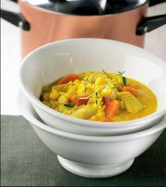 Keltainen kanakeitto Poista rintaleikkeistä nahat ja luut ja paloittele suupaloiksi. Kuori ja hienonna sipuli. Kuori ja paloittele porkkanat.Kuumenna öljy ja voi paksupohjaisessa kattilassa ja paista broileripalat sekä sipuli kullankeltaisiksi. Pyöräytä joukkoon currytahna. Lisää riisi ja kanaliemi. Keitä m… Thai Red Curry, Soup, Ethnic Recipes, Drink, Beverage, Soups, Drinking