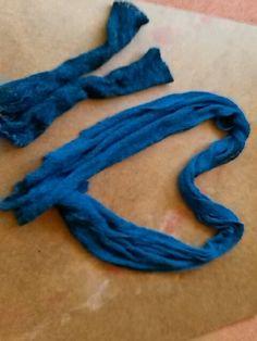 Den Schal habe ich einmal getragen, die Stulpen nie. Farbe ist deutlich petrol, erkennt man auf dem letzten Foto am Besten.
