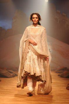 Deepanita is looking so elegant in this Ritu Kumar anarkali. I want someting like this for my bday.