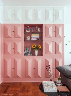 Armário antigo de madeira recebeu pintura cor de rosa.