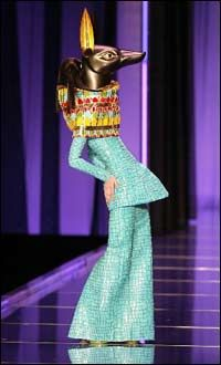 Ancient Egyptian-inspired designs of John Galliano for Christian Dior. Spring 2004 design by John Galliano for Christian Dior. John Galliano, Galliano Dior, Cleopatra, Look Fashion, Fashion Art, Queer Fashion, Vogue Fashion, Hijab Fashion Inspiration, Style Inspiration