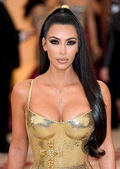 Kim Kardashian fashion is attractive. She wore a gold gown. By the way, Kim Kardashian long dress is a nice idea for wedding dresses. Estilo Kardashian, Looks Kim Kardashian, Kardashian Style, Kardashian Nails, Kardashian Wedding, Kardashian Fashion, Beauty Full Girl, Beauty Women, Jolie Lingerie