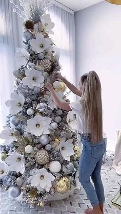 Elegant Christmas Trees, Ribbon On Christmas Tree, Christmas Tree Design, Christmas Tree Themes, Xmas Tree, Christmas Tree Decorations, Christmas Wreaths, Christmas Flowers, Flower Decorations