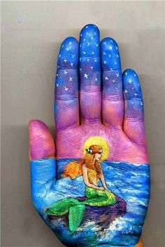 Russian artist Svetlana Kolosova uses water colors to paint fairy-tale artworks on her palms. Her works are inspired by authors like Hans Christian Andersen Hand Kunst, Famous Fairies, Mermaids And Mermen, Beautiful Fairies, Hand Art, The Little Mermaid, Creative Art, Amazing Art, Fairy Tales