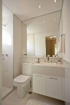 Projeto fiel ao nosso banheiro. Espelho grande e bia com bancada e armário.