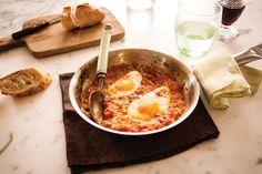Ovos no purgatório | Receita Panelinha: Ovos e tomates viram huevos rancheiros no México, shakshuka em Israel e, na Itália, le uova in purgatorio. Mas que nome mais feio! E injusto: o sabor é divino!