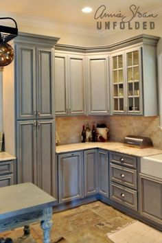 How To Paint Kitchen Cabinets With Chalk Paint Annie Painting Kitchen Cabinets With Annie Sloan - Is your house feeling a tiny dated? Painting Kitchen Cabinets, Kitchen Paint, Kitchen Redo, Annie Sloan Kitchen Cabinets, Grey Cabinets, Kitchen Ideas, Cupboards, Corner Cabinets, Farmhouse Cabinets