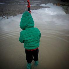 #Agua de #lluvia que todo lo limpia, divierte y moja ... #childrenplay #childhoodunplugged #niñosjugando #botasdeagua #water #spring #primavera #twins #mellizos #enundiacualquiera #jugaresesencial @rejuega