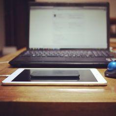 薄くて軽くてベゼルが細いって、大正義ですよね。(iPad Airの上に乗ってるのはiPod touch)
