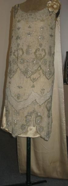 Edward MOLYNEUX   Presentation dress with train, circa 1925. Ivory satin covered with tulle fully embroidered Luneville, glass beads and sequins