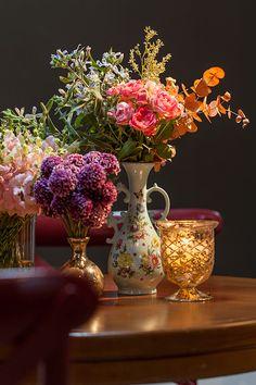 A Eventando assinou essa decoração aconchegante com charme vintage. O uso da renda em caminhos de mesa, cortina, fechamentos e no revestimento dos buffets