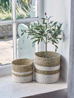 Comment fabriquer un panier cache-pot ? Rope Basket, Basket Weaving, Diy Storage, Storage Baskets, Storage Ideas, Small Storage, Storage Shelves, Towel Storage, Cabinet Storage
