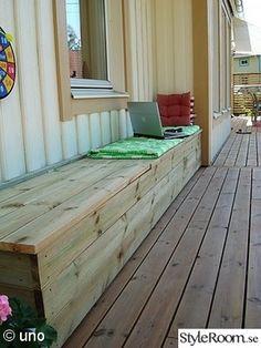 Byggde en bänk efter husväggen. Tanken är att man ska kunna förvara leksaker på nätterna och regnskydden till utemöblerna på dagarna. altan,bänk,uteplats