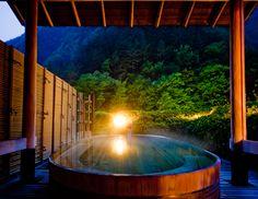 偉人も愛した伝統の湯を楽しむ 客室露天風呂以外にも、館内にはさまざまな湯どころが用意されていますが、本宿の顔と […]