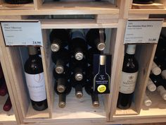 Weinregal-Kennzeichnung mit Regalwobbler für Flaschen, in denen Naturkork als Verschluss verwendet wird