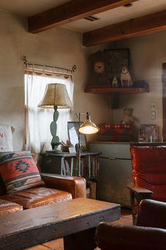 大型家具だけでなく、照明などもすべて夫妻が選んで輸入している。統一されたインテリアの雰囲気を壊さないように、エアコンはビルトインで設置。洗濯機やテレビ、パソコンなどの家電製品は専用のスペースを設け、アンティークのドアで隠れるようになっている。