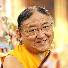 Su Santidad Sakya Trizin Director Espiritual Maestro de grandes maestros, sus discípulos le consideran una emanación del Buda de la Sabiduría. Su Santidad es el sostenedor de la Tradición Sakya. Somos muy afortunados de tenerlo como Director Espiritual.