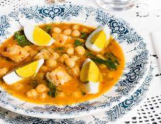Potaje De Vigilia   La Cocina De Frabisa / •650 g de garbanzos cocidos o 250 g de garbanzos crudos •300 g de espinacas frescas •500 g de bacalao desalado •¼ de pimiento rojo o verde •400 ml de caldo de verduras o pescado. •2 tomates medianos. •1 puerro •1 cebolla •2 zanahorias •2 dientes de ajo •4 huevos cocidos (mejor ECO o de aldea) •Pimentón de la Vera. •Sal y pimienta negra de molinillo. •Aceite de oliva