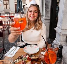 Baby face et bon apéro  @aperolspritz_be à @cocinabrussels. Best place with good friends    #girlsmile#smile#blondie#blondehair#blondhair#aperol#cheers#italianfood#outfit#summeroutfit#urbanstyle#bloggeroutfit#beachwaves#blogger#bloggeroutfit#apero#foodaddict