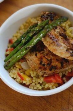 pui cu sparanghel si cus cus Couscous, Quinoa, Risotto, Chicken Recipes, Strawberry, Rice, Meat, Ethnic Recipes, Lunch Ideas